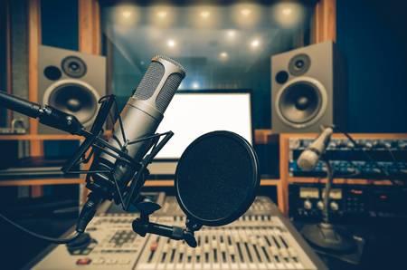 https://www.barakhalab.com/wp-content/uploads/2020/08/66206623-profesional-condensador-estudio-de-micrófono-sobre-la-foto-abstracta-borrosa-de-estudio-de-música-de-fondo-.jpg